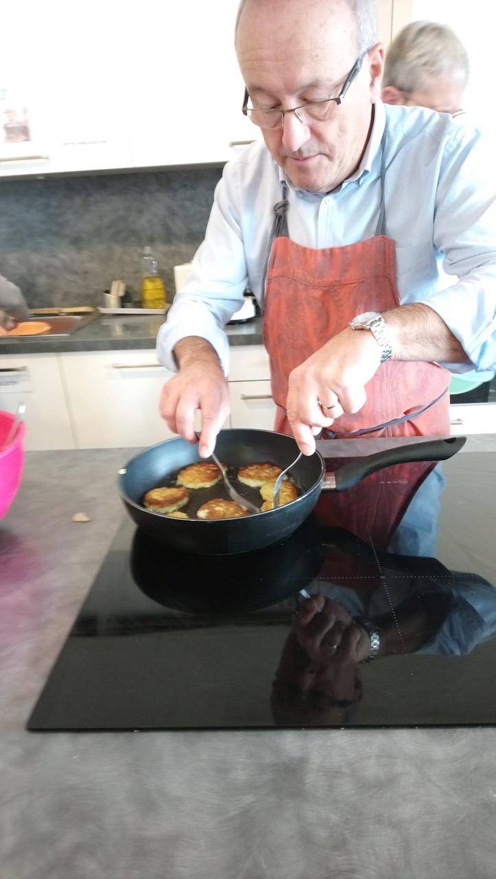2 Philippe surveille la cuisson des beignets de courgettes